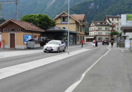Die als Tempo-30 Zone und nach dem Prinzip des flächigen Querens umgestaltete Hauptstrasse