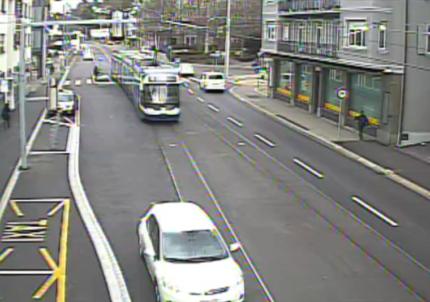 Videostandbild einer Trameinfahrt in die Haltestelle «Winkelriedstrasse»